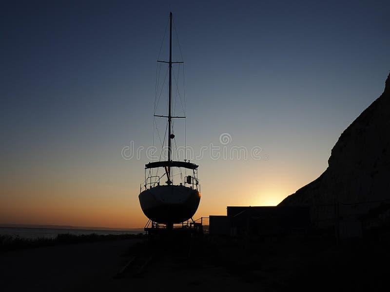 Navire de navigation sur le rivage photographie stock