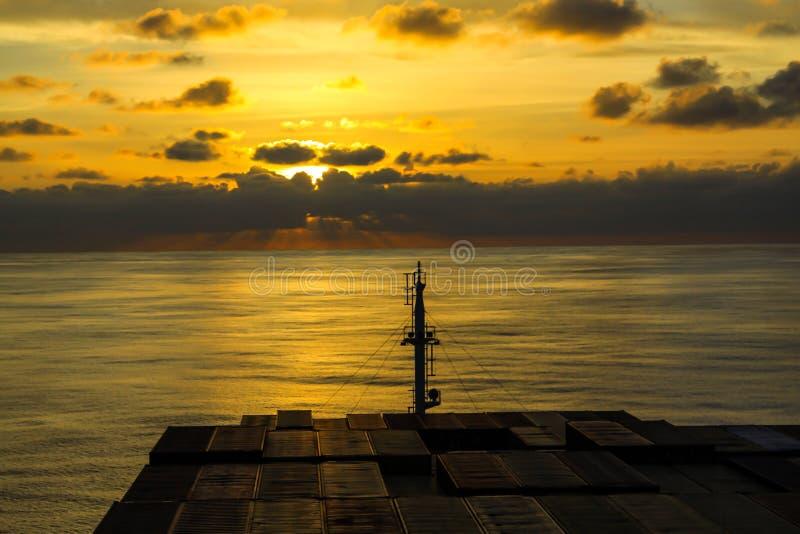 Navire de récipient traversant l'Océan Atlantique image stock