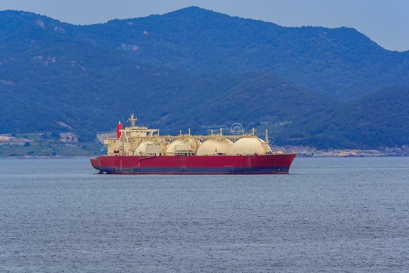 Navire de transporteur de gaz ancré dans le port image libre de droits