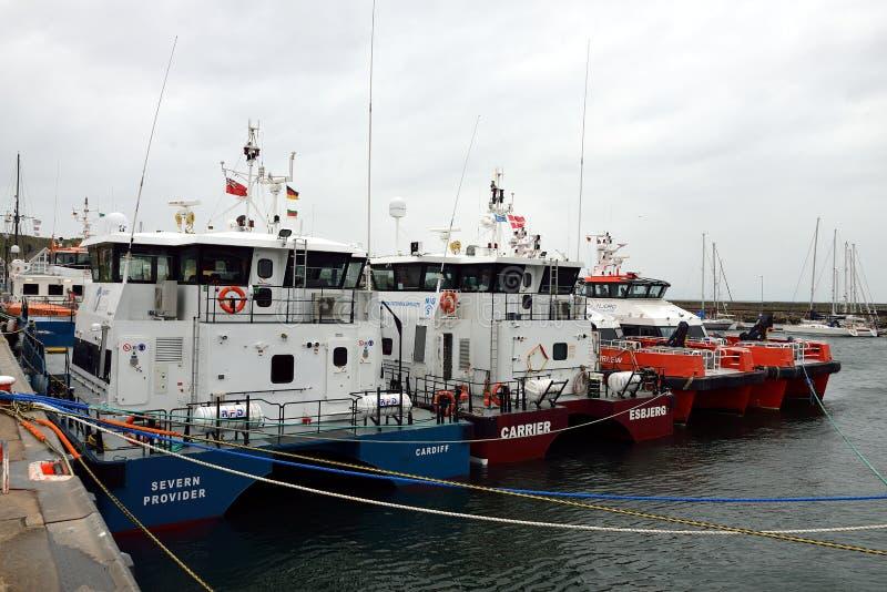 Navire en mer au port de Helgoland images stock