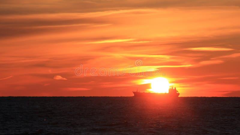 Navire en mer contre le contexte d'un beau coucher du soleil Copiez l'espace Paysage marin Coucher du soleil images stock