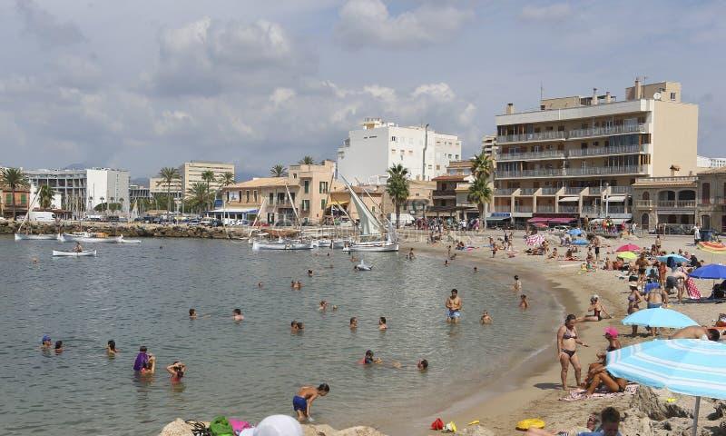 Navire méditerranéen d'antiquité de voile de Lateen sur le village de pêche traditionnel en Majorque au loin photos stock