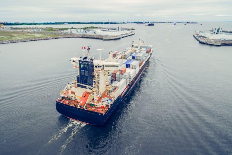 Navire porte-conteneurs allant mettre en communication photographie stock