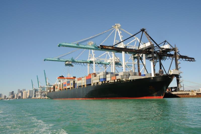 Navire porte-conteneurs au port industriel photos libres de droits