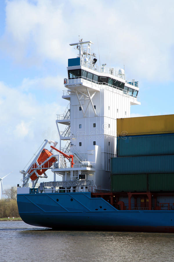 Navire porte-conteneurs avec la cargaison sur le canal de Kiel, Germa image libre de droits