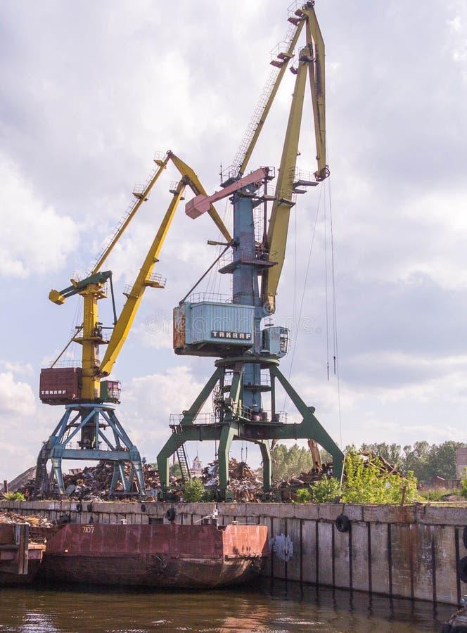 Navire porte-conteneurs dans l'exportation et les affaires et la logistique d'importation Cargaison d'expédition à héberger par l photos stock