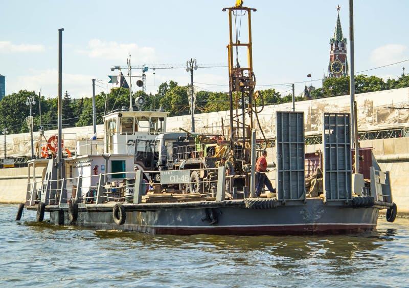 Navire porte-conteneurs dans l'exportation et les affaires et la logistique d'importation Cargaison d'expédition à héberger par l photo libre de droits