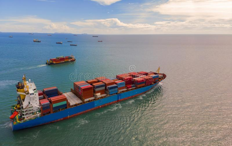 Navire porte-conteneurs dans l'exportation et les affaires et la logistique d'importation en Th photographie stock libre de droits