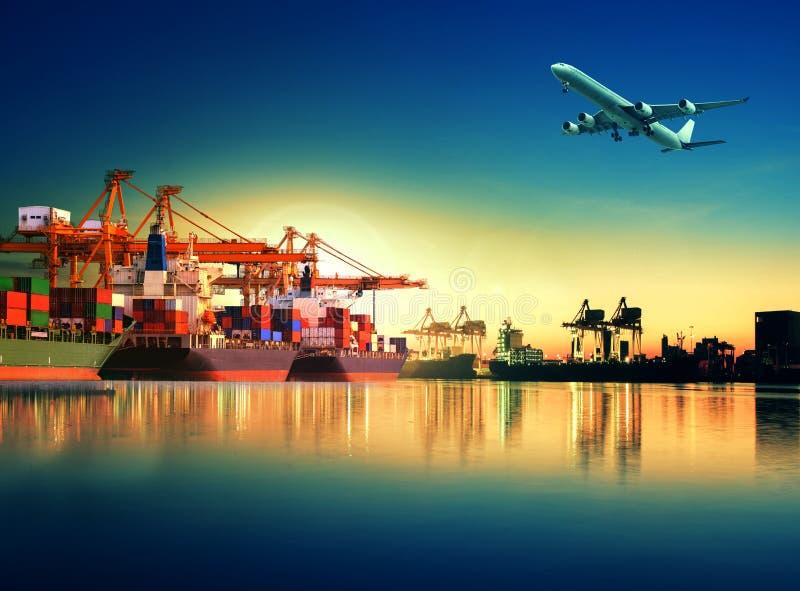 Navire porte-conteneurs dans l'importation, port d'exportation contre le beau matin l image libre de droits