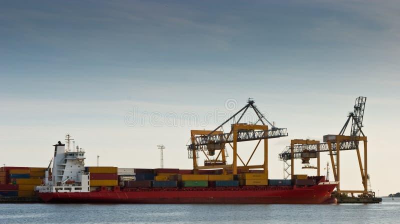 Navire porte-conteneurs dans le port images libres de droits