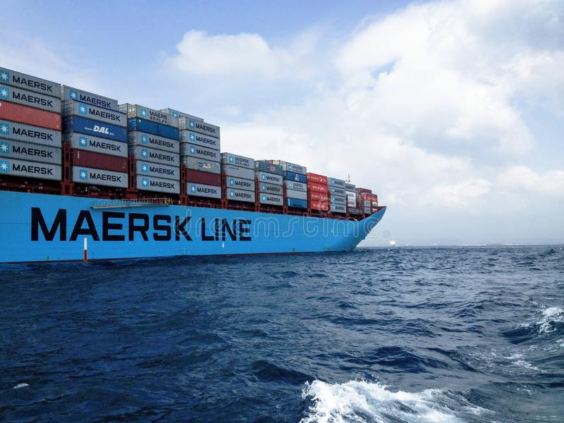 Navire porte-conteneurs de MAERSK sur la mer image stock