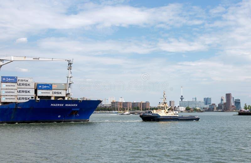 Navire porte-conteneurs entrant dans le port de Rotterdam photo stock