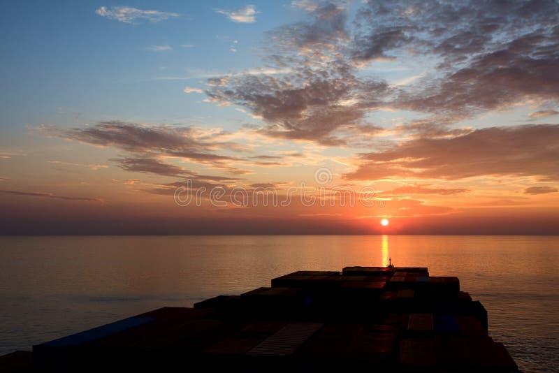 Navire porte-conteneurs et coucher du soleil image libre de droits