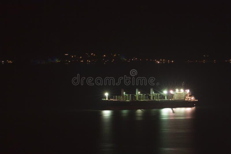 Navire porte-conteneurs la nuit image stock