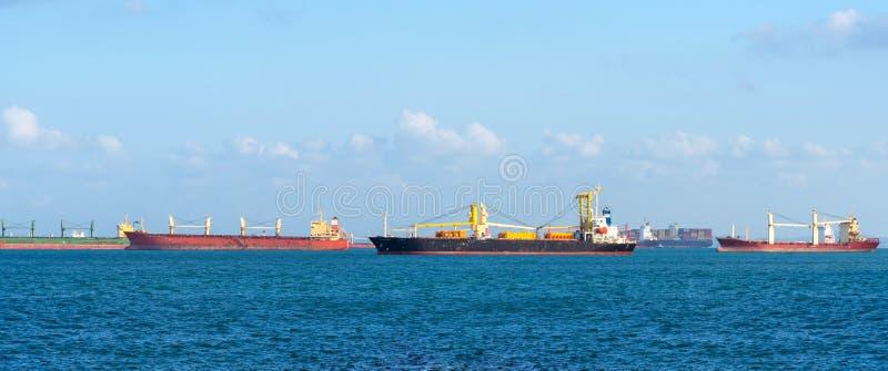 Navire porte-conteneurs logistique au transport principal de expédition de yard du navire porte-conteneurs de cargaison photos libres de droits