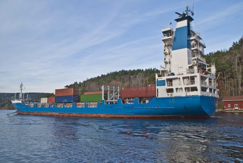 Navire porte-conteneurs sous la passerelle de svinesund, image 7