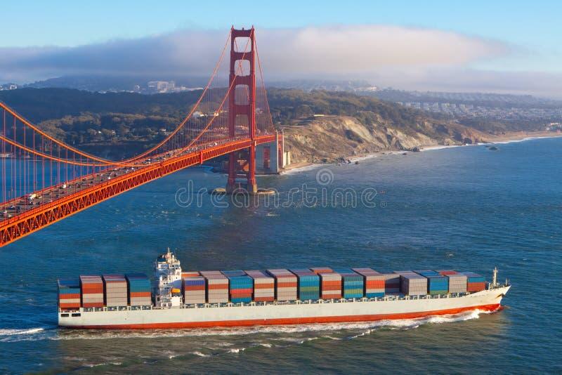 Navire porte-conteneurs sous le pont en porte d'or image stock