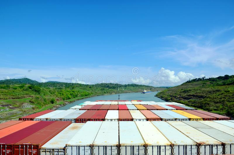 Navire porte-conteneurs transitant par le canal de Panama photos stock