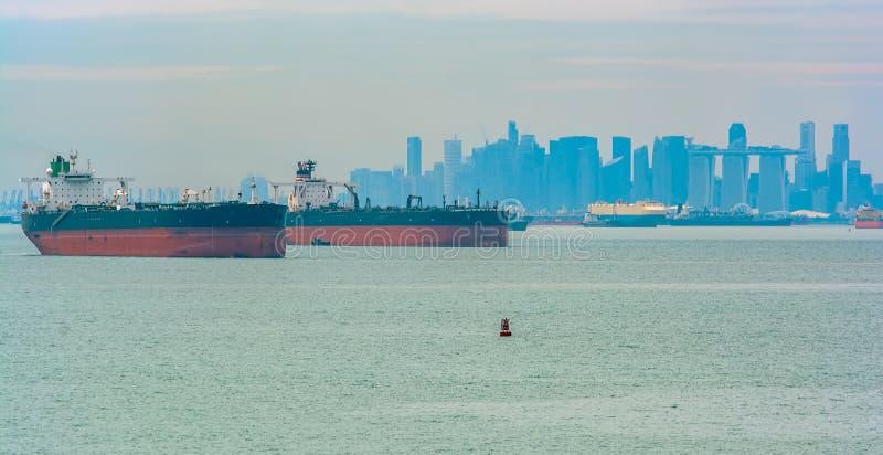 Navires énormes de bateau-citerne dans l'ancrage externe de Singapour images libres de droits