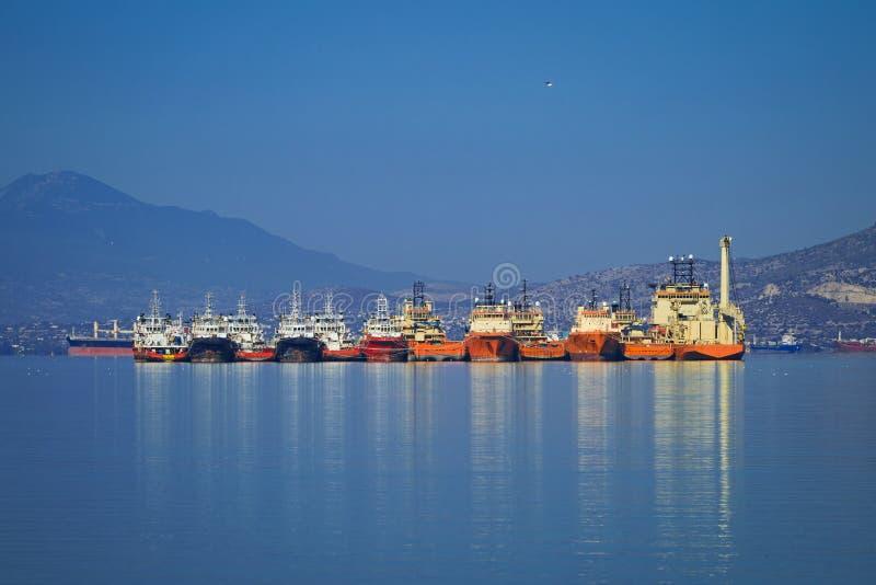 Navires ancrés côte à côte image libre de droits