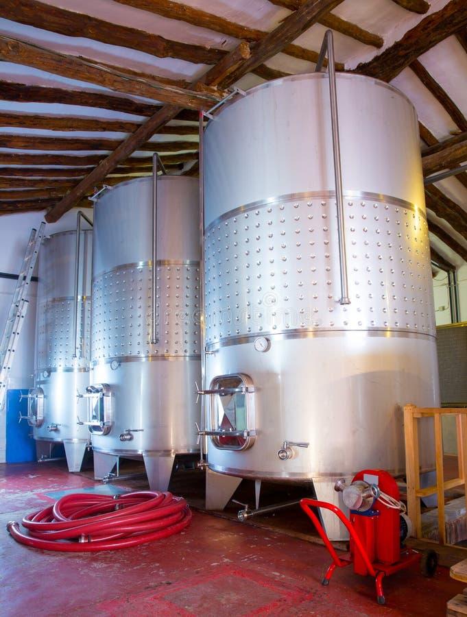 Navires de cuves de fermentation d'acier inoxydable dans l'établissement vinicole image stock