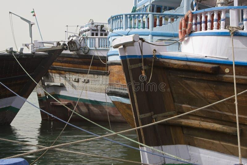 Navires de navigation en bois de dhaws de Dubaï EAU de vieux sont accouplés le long du côté de Deira de Dubai Creek. photo stock