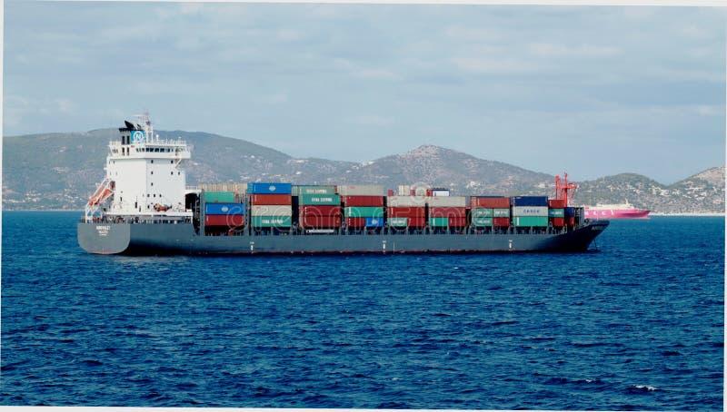 Navires porte-conteneurs de navires marchands et de cargaison entrant dans le port photographie stock libre de droits