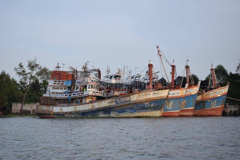 Navires rouillés d'expédition, rivière de klong de Mae images stock