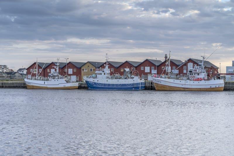 Navires traditionnels dans le port du village à la tombée de la nuit, Andenes, Norvège images stock