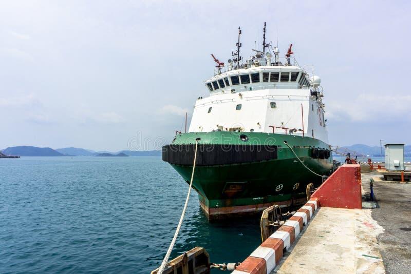 Navires verts d'offre de plate-forme amarrant au port commercial photo stock