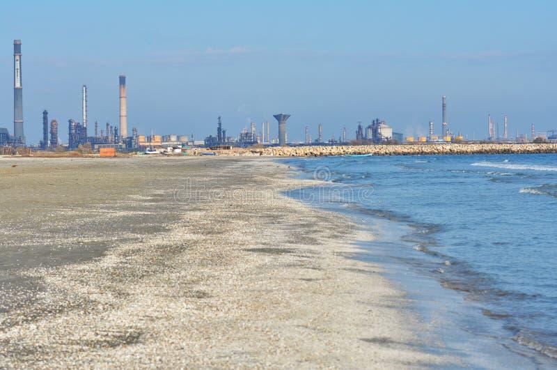 Navodari-Raffinerie gesehen vom Strand stockfotografie