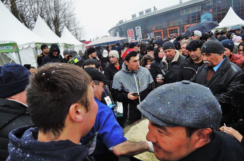 Navruz假日庆祝在莫斯科 一个人供食传统食物肉饭 库存图片
