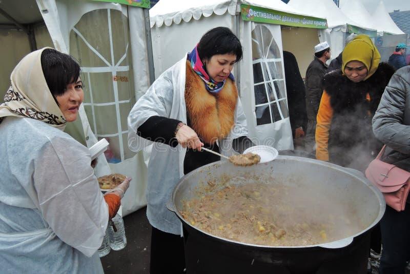 Navruz假日庆祝在莫斯科 妇女烹调传统食物肉饭 图库摄影