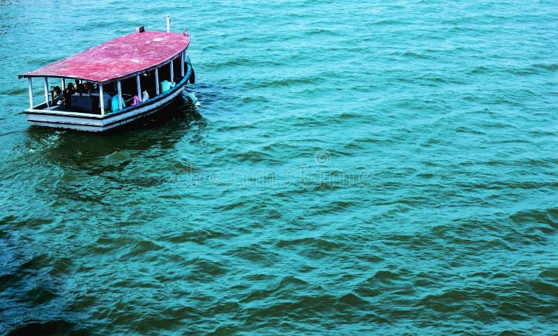 Nawadnia i łódź obrazy royalty free
