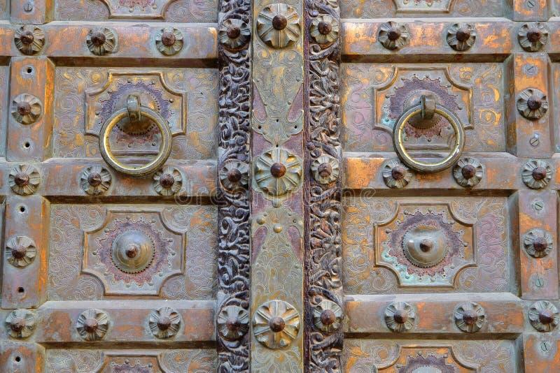 NAWALGARH, РАДЖАСТХАН, ИНДИЯ - 26-ОЕ ДЕКАБРЯ 2017: Детали деревянной двери на Uattara Haveli с сделанной по образцу геометрией стоковое изображение rf