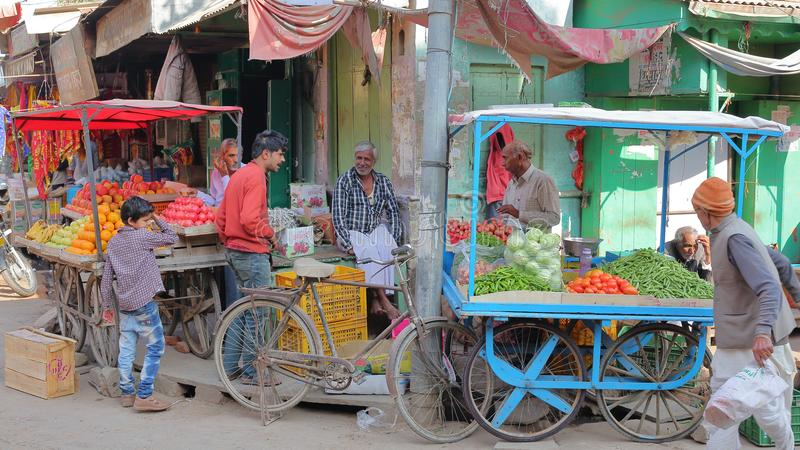 NAWALGARH, РАДЖАСТХАН, ИНДИЯ - 28-ОЕ ДЕКАБРЯ 2017: Красочная сцена улицы на vegetable рынке с едой глохнет стоковое изображение