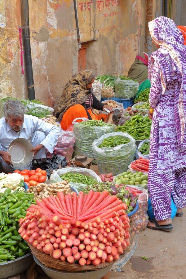 NAWALGARH, РАДЖАСТХАН, ИНДИЯ - 26-ОЕ ДЕКАБРЯ 2017: Красочный vegetable рынок стоковое фото rf