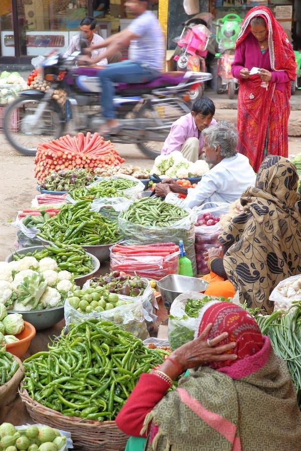 NAWALGARH, РАДЖАСТХАН, ИНДИЯ - 26-ОЕ ДЕКАБРЯ 2017: Красочный vegetable рынок стоковые фотографии rf