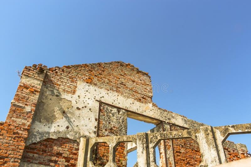 Nawiedzony przez wojnę budynek łuskający i rafujący z dziura po kuli zdjęcia stock
