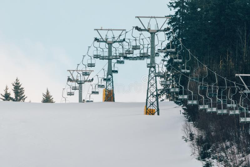 Nawierzchniowy dźwignięcie na narciarskim skłonie fotografia royalty free