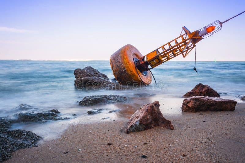 Nawigaci boja Na mieliźnie na plaży fotografia stock