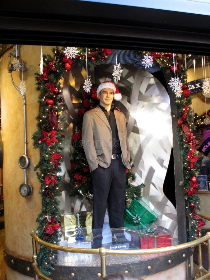 Nawoskuje statuę Hollywood aktor George Clooney jest ubranym Bożenarodzeniowego kapelusz przy Madame Tussauds zdjęcia stock
