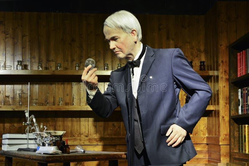 Nawoskuje statuę, płonąca lampowa żarówka wynajdowć Thomas Edison, ostrość na pracie zdjęcia stock