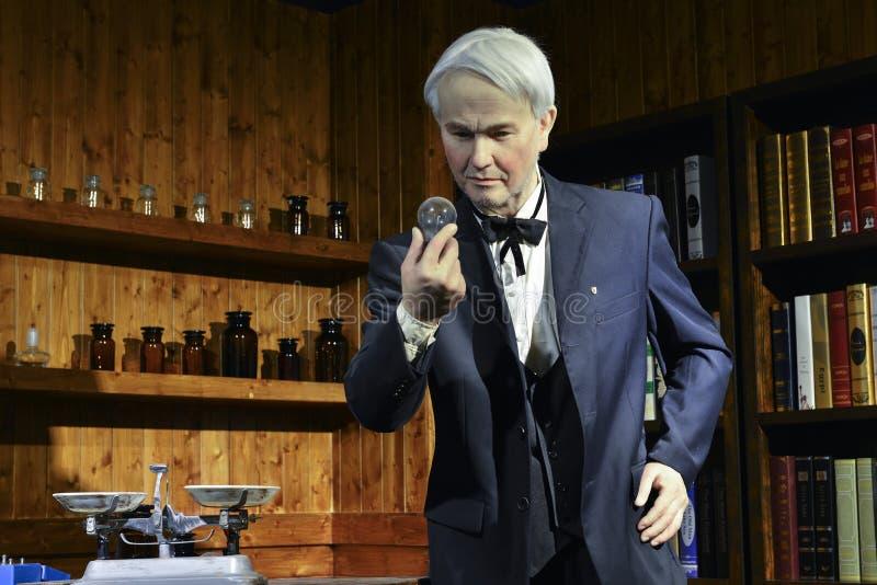 Nawoskuje statuę, płonąca lampowa żarówka wynajdowć Thomas Edison, ostrość na pracie obrazy royalty free