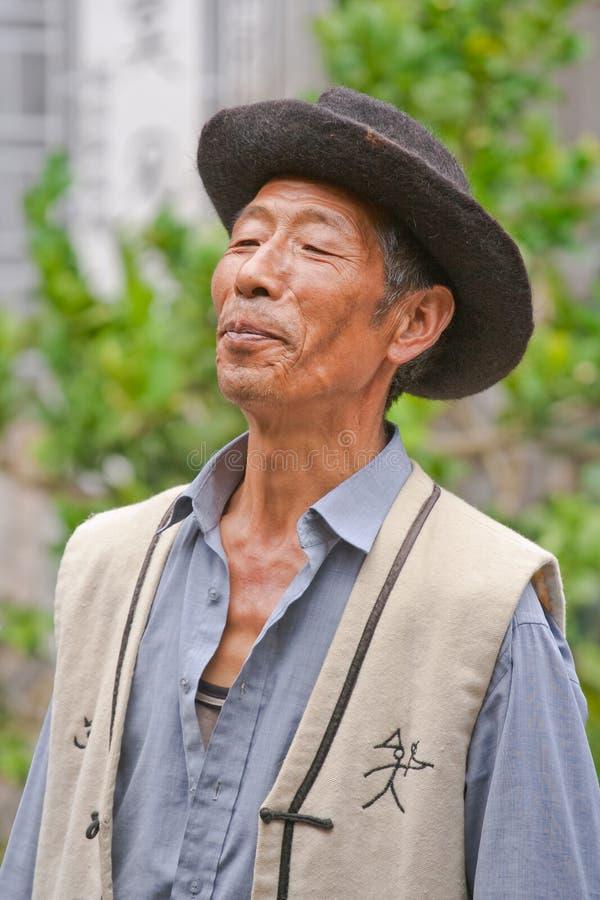 Naxi mniejszościowy męski piosenkarz wykonuje w ogródzie, Lijiang, Chiny fotografia royalty free