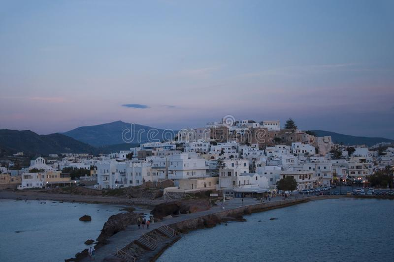 Naxos stadpanorama på skymning arkivbilder