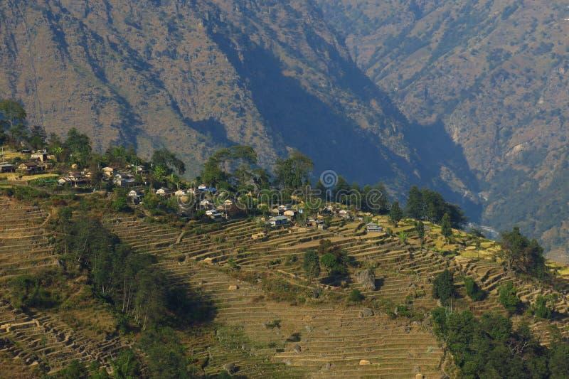 Naya Gaun, villaggio su una cresta della montagna sopra Syange fotografie stock libere da diritti