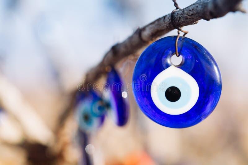 Nazar berlock som av avvärjer det onda ögat, på filialerna av en tr royaltyfria foton
