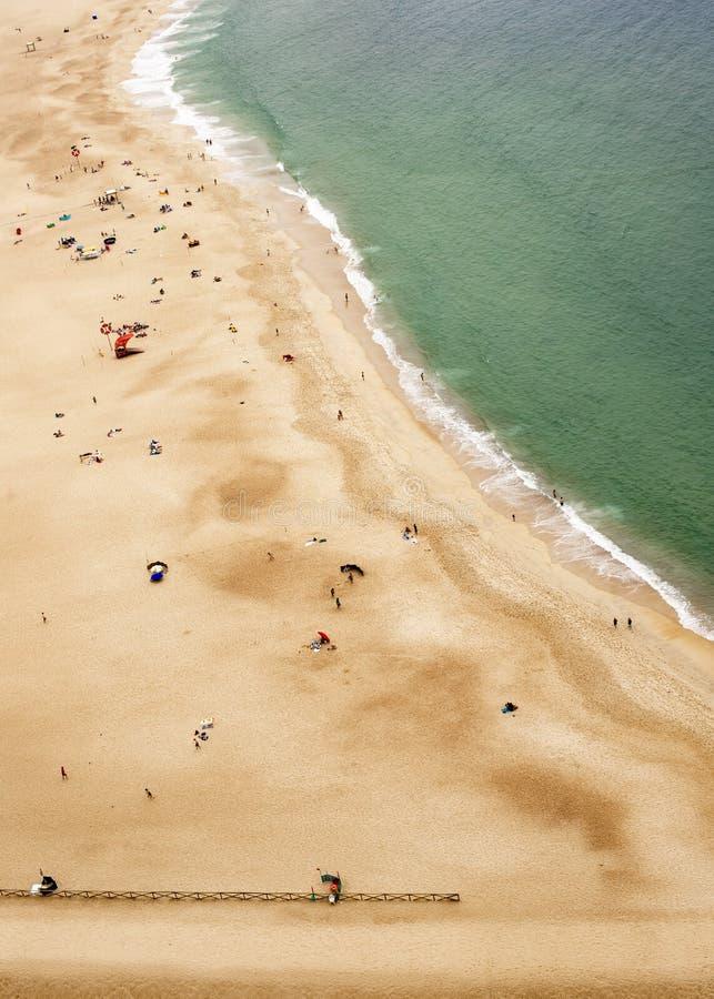 Nazare, Португалия - 19-ое июля 2019: Вид с воздуха пляжа от Miradouro сделать Nazare стоковое фото rf