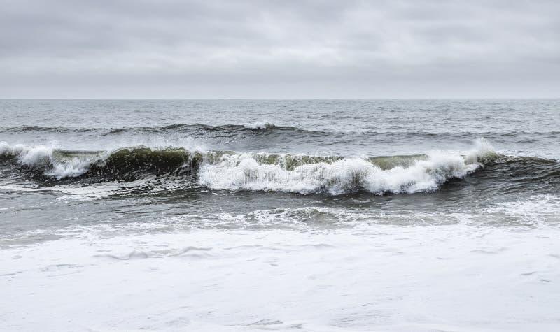 Nazare, Portugal - Crashing waves op het strand van Praia do Norte of North stock foto's